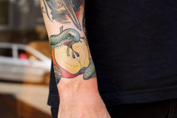Яблоко со змеей в виде тату