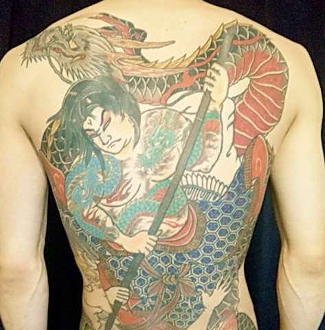 Якудза с драконом на спине