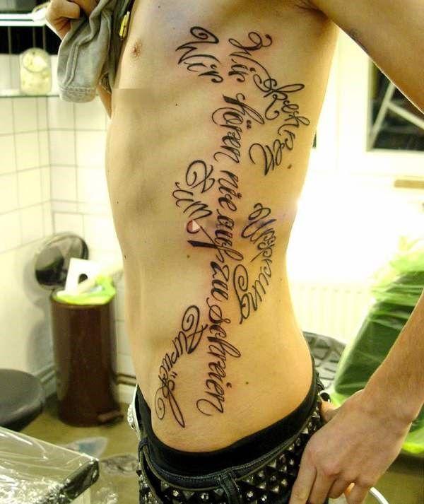 Татуировки Билла Каулитца сбоку тела