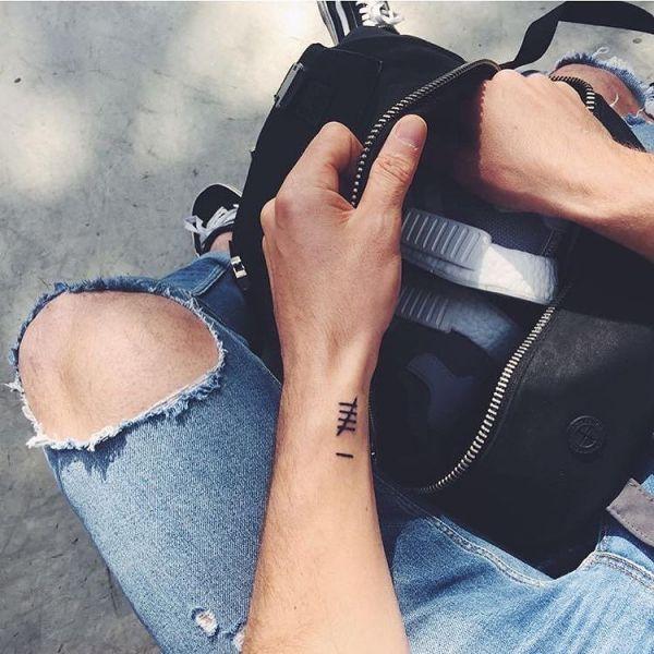 Татуировка цифр на руке парня