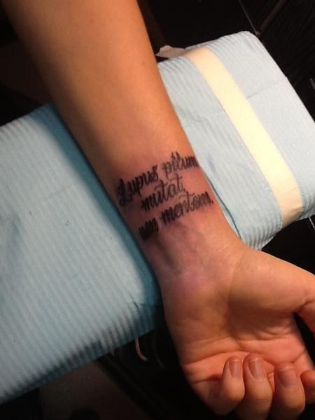Татуировка надпись на запястье у Максим