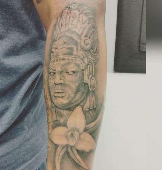 Индеец майя с суровым взглядом