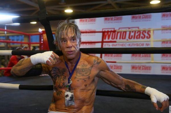 Микки Рурк позирует с татуировками