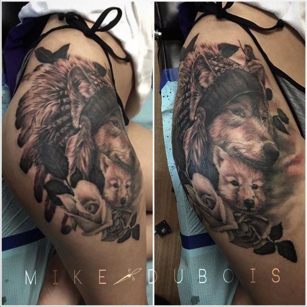 Волки с розой на бедре девушки