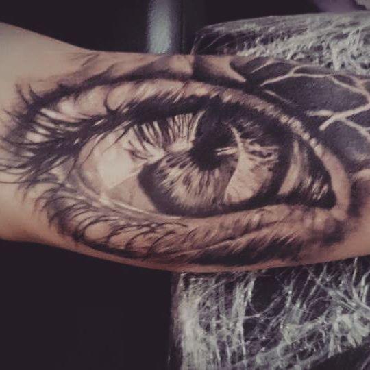 Глаз в стиле реализм на бицепсе