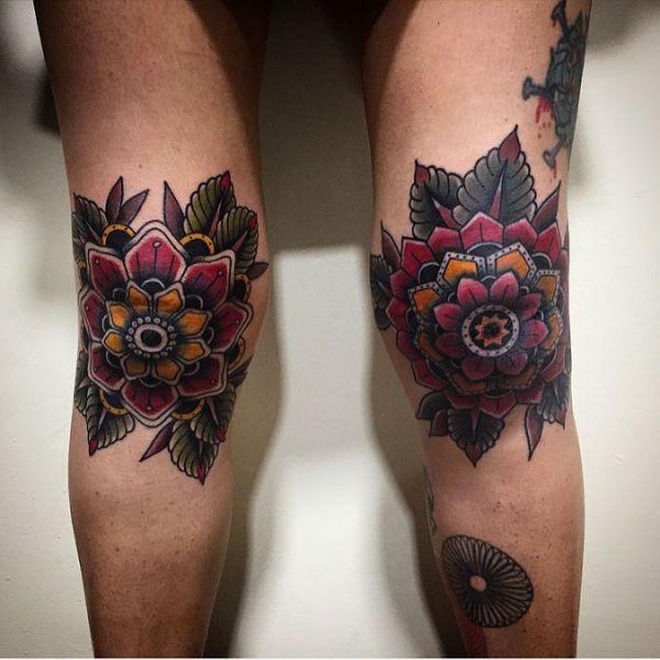 Большие цветы на коленях девушки