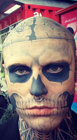 Человек-татуировка с тату на лице