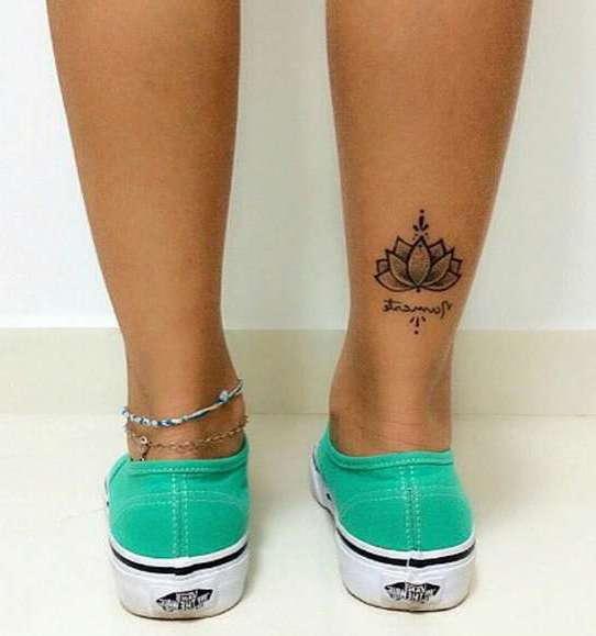 Маленький цветок лотоса и надпись на ноге девушки