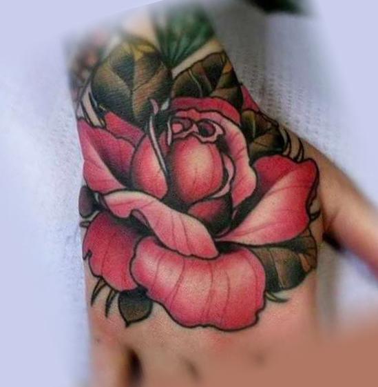 Татуировка на руке в виде красивой розы