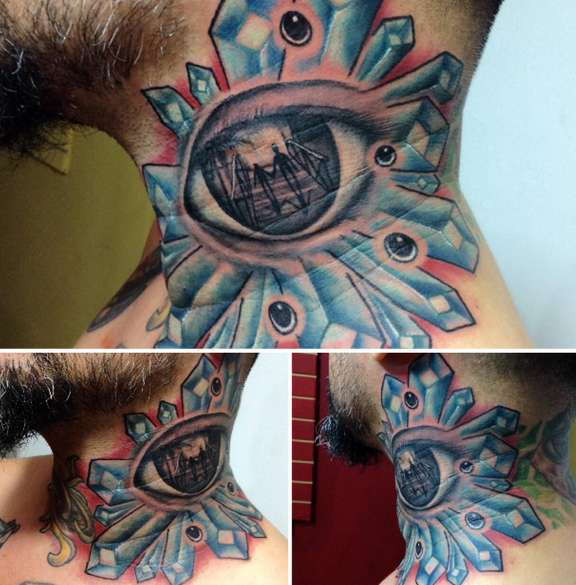 Татуировка глаза в голубом цвете на шее парня