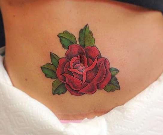 Роза с листочками на животе