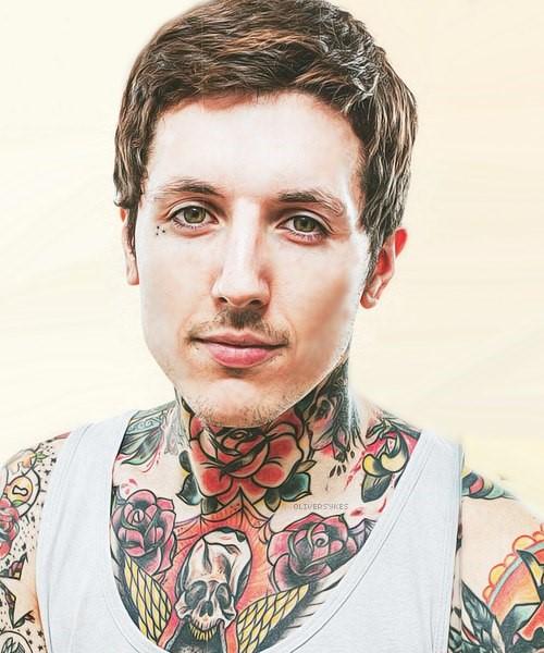 Оливер Сайкс с татуировками на груди