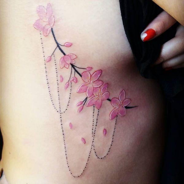 Цветы сакуры с украшением сбоку тела девушки