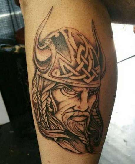 Викинг с кельтским узором