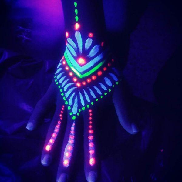 Ультрафиолетовая татуировка на кисти руки