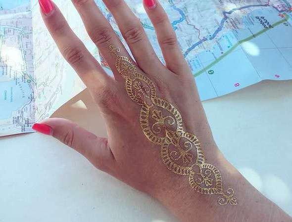 Золотая тату на руке