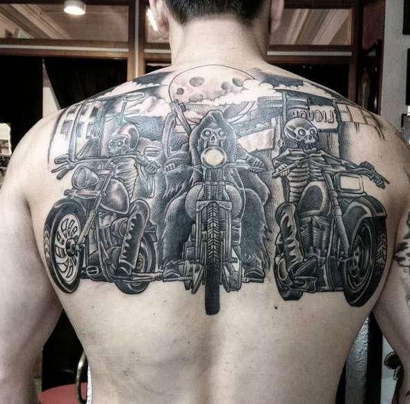 Татуировка в виде трех байкеров на спине парня