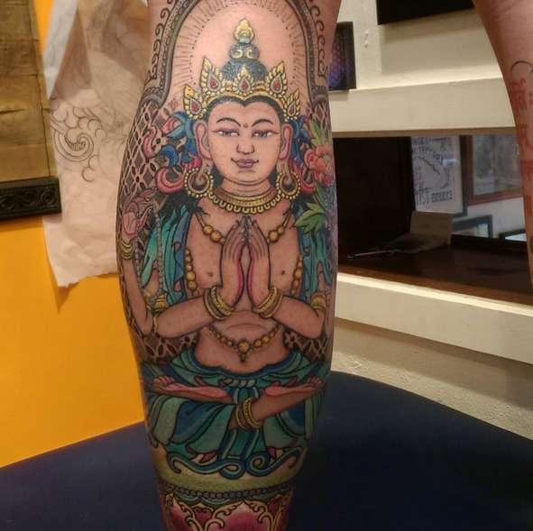Цветной Будда на ноге