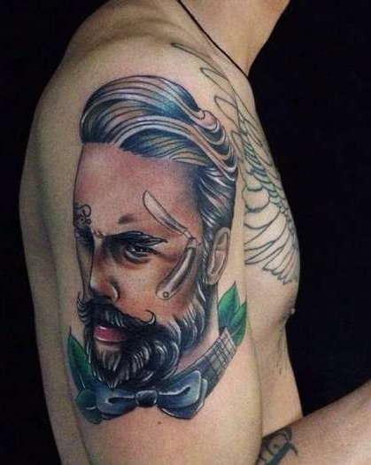 Портрет: цветная татуировка на плече