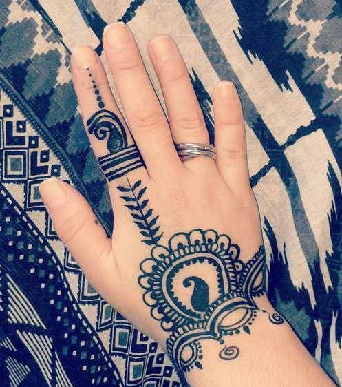 Индийская татуировка мехенди на руке