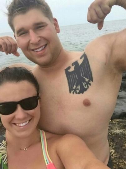 Татуировка с нацистским содержанием на груди парня