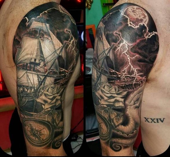 Пиратская татуировка на плече: корабль в шторм