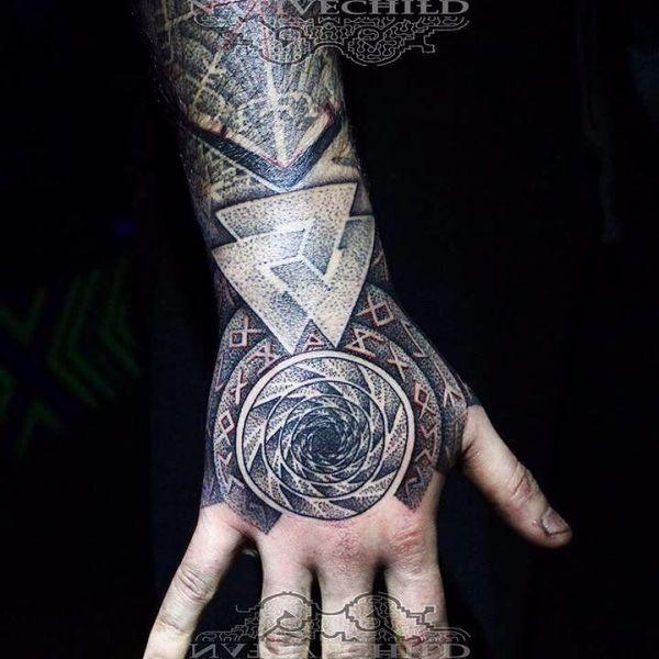 Татуировка рукав с изображением рун