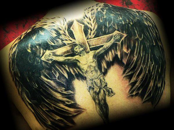 Распятый ангел на кресте с крыльями