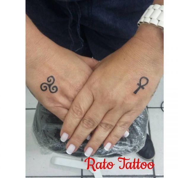 Анх символ в виде минималистичной татуировки на руке