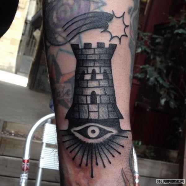 Черно-белая башня с глазом на ноге
