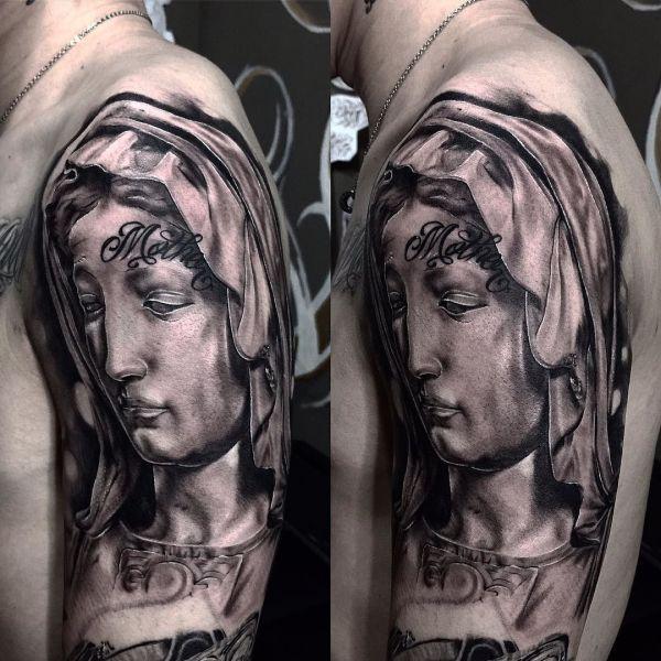 Божья Матерь на плече парня в виде татуировки