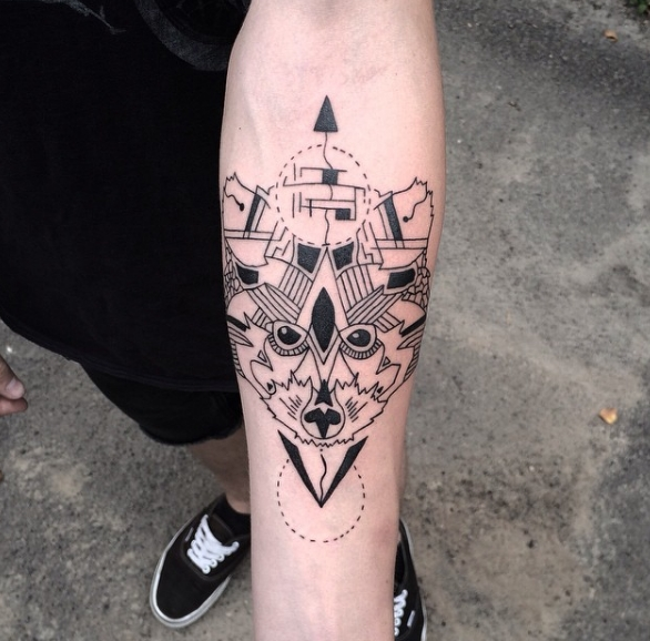 Татуировка Енота на предплечье