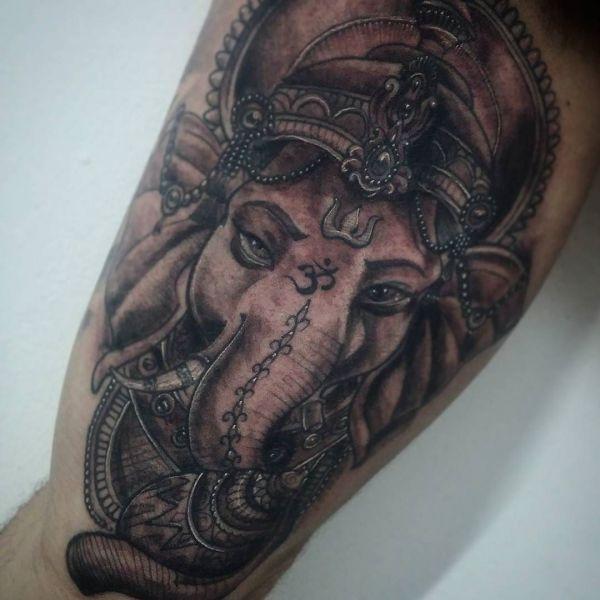 Татуировка Ганеши в черно-белом исполнении