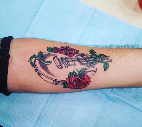 Татуировка гитара с розами на руке