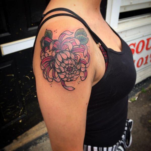 Хризантема на плече девушки