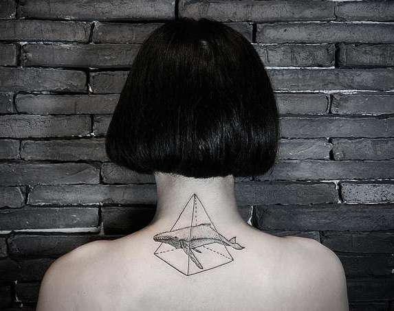 Кит в пирамиде на спине девушки