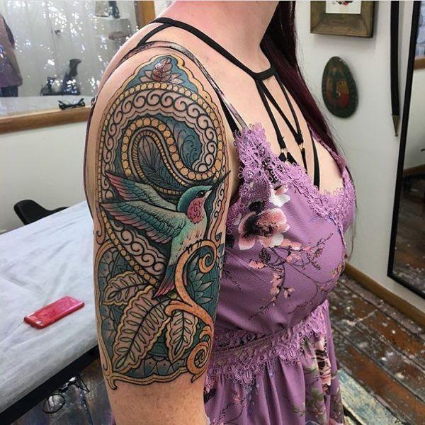 Колибри на фоне узора на плече у девушки