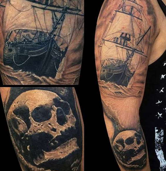 Череп с кораблем на плече