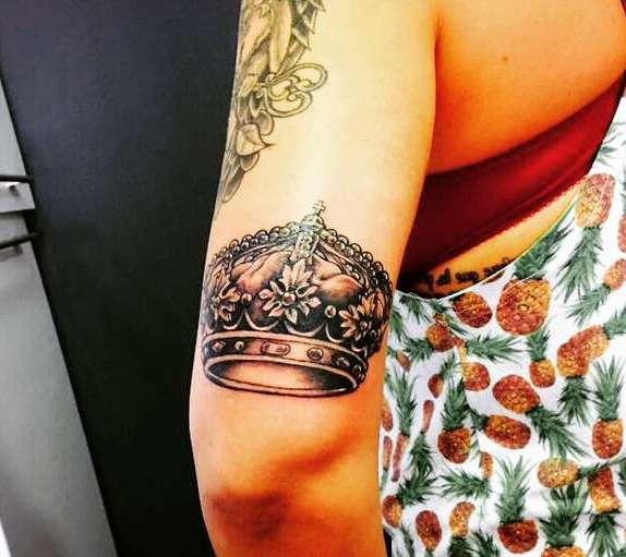 Богатая корона на руке девушки