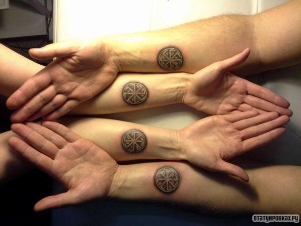 Татуировка ладинец на руках парня и девушки