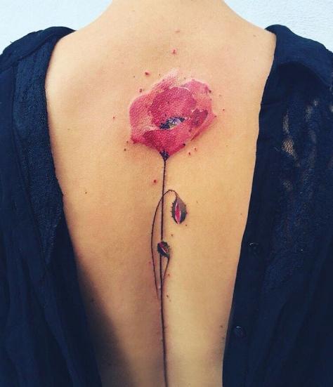 Татуировка красного мака на спине девушки, смотрится очень сексуально