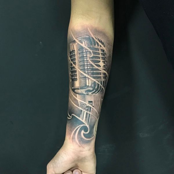 Татуировка микрофона в чб исполнении