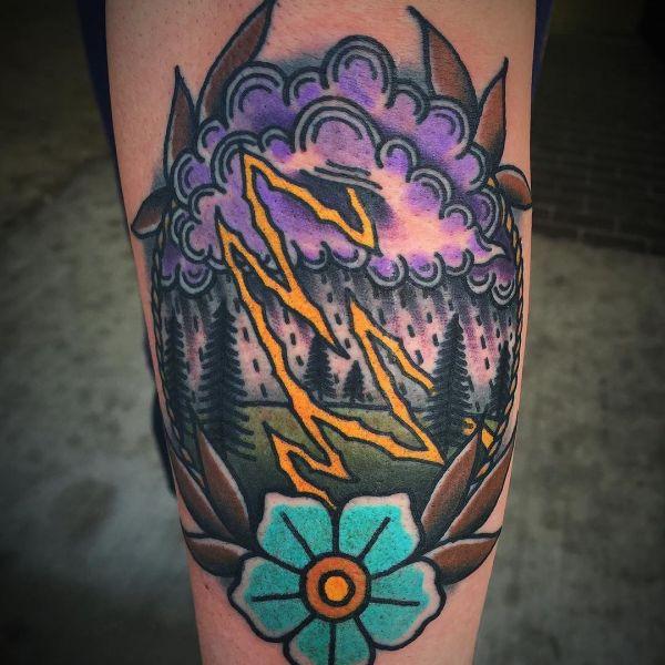 Татуировка молния в цвете на ноге