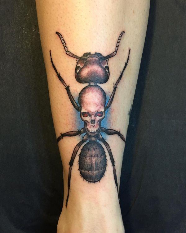 Татуировка муравей с черепом