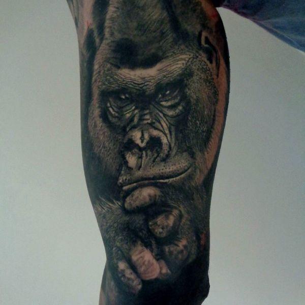 Татуировка большой черной обезьяны