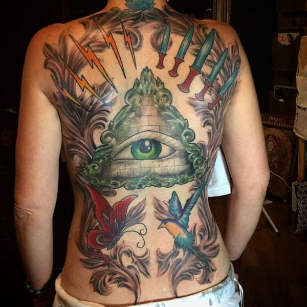 Большая татуировка пирамиды на спине девушки
