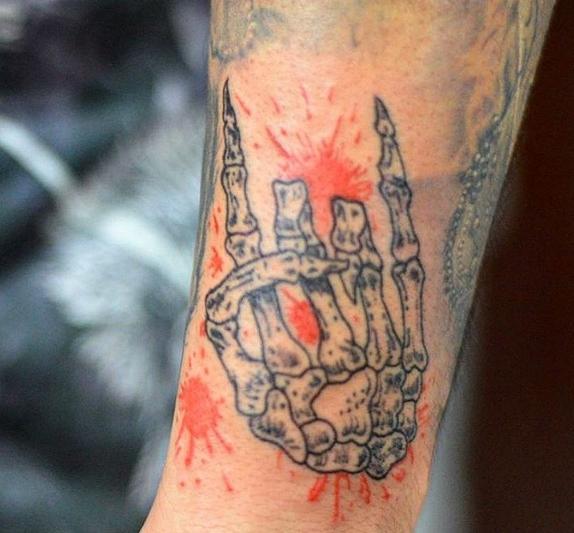 Пальцы скелета - рок татуировка