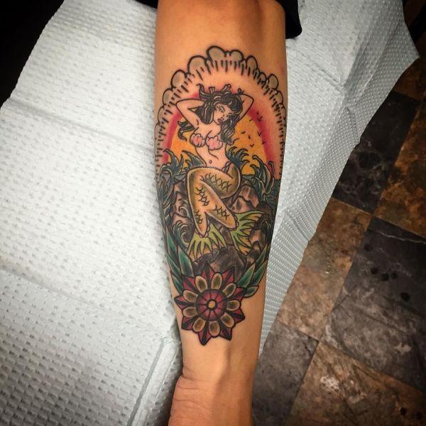 Татуировка русалка в цвете на руке