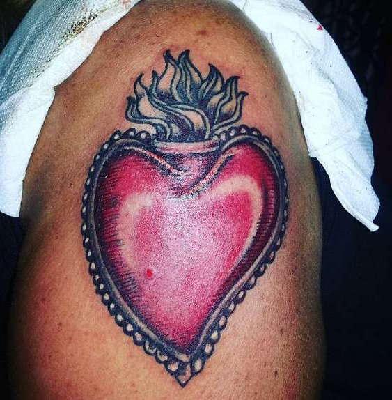 Цветное сердце на бедре
