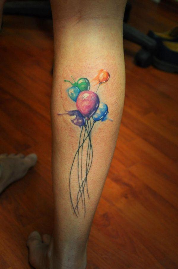 Разноцветные шарики в виде татуировки на голени